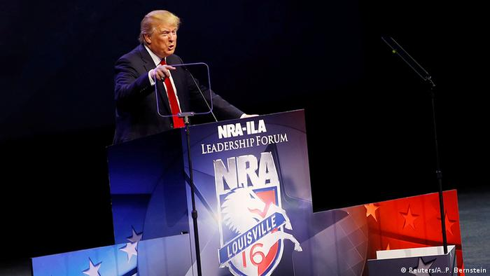 Дональд Трамп выступает с трибуны на конференции NRA