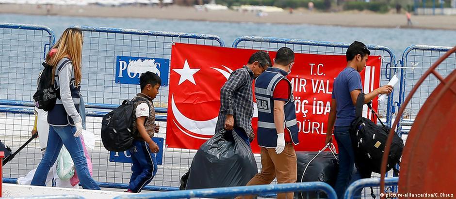 Refugiados sírios chegam da Ilha de Lesbos à cidade turca Izmir