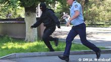 Kasachischen Polizisten verfolgen Teilnehmer von Protestdemo gegen Land-Verpachtung, am 21.05.2016 in Almaty, Kasachstan Foto: Anatoli Weiskopf / DW
