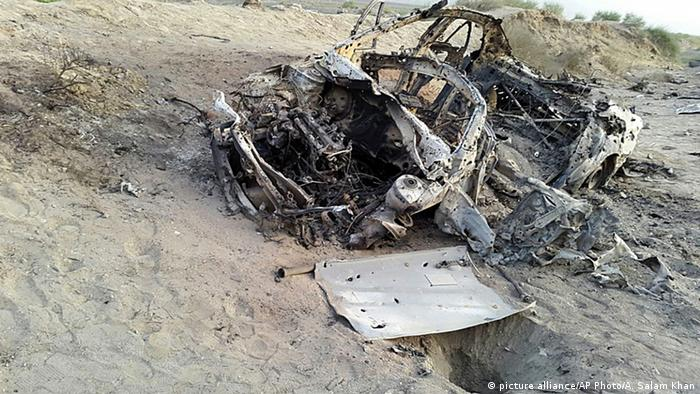 Abdul Salam Khan using his smart phone on Sunday, May 22, 2016, purports to show the destroyed vehicle in which Mullah Mohammad Akhtar Mansour was traveling in the Ahmad Wal area in Baluchistan province of Pakistan, near Afghanistan's border (Photo: picture alliance/AP Photo/A. Salam Khan)