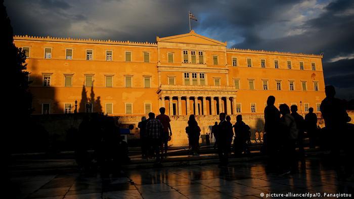 Griechenland Athen Parlament Außenansicht (picture-alliance/dpa/O. Panagiotou)