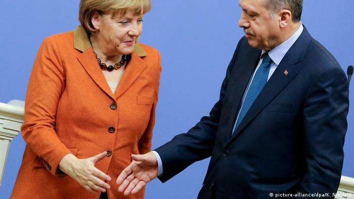 Türkei Angela Merkel & Recep Erdogan 2013 in Istanbul (picture-alliance/dpa/K. Nietfeld)
