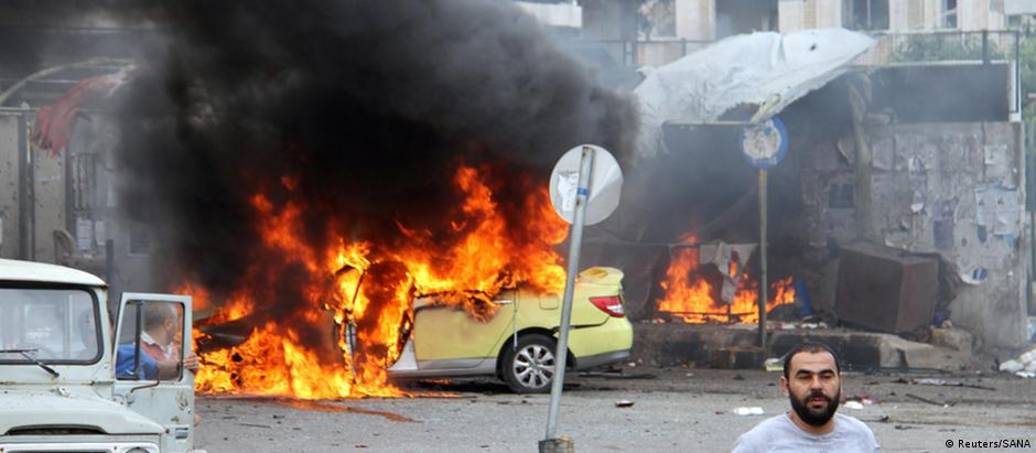 Carro pega fogo após explosão em Tartus