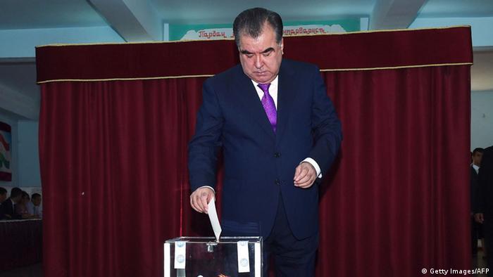 Эмомали Рамон голосует на конституционном референдуме, 2016