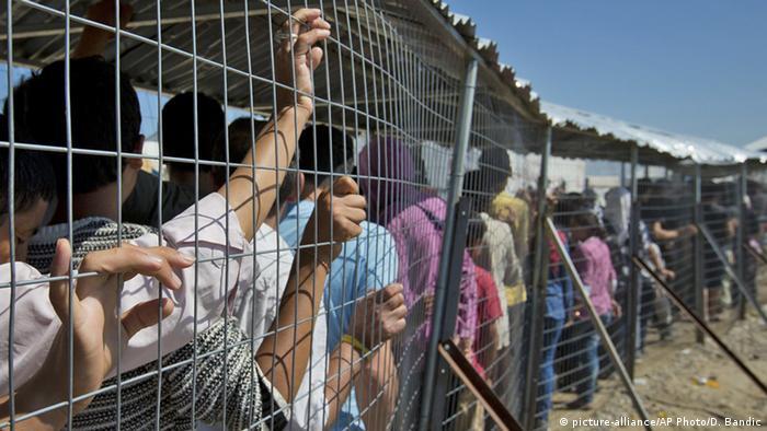 Migrants waiting for aid distribution in Idomeni