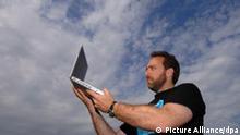 Jimmy Wales, Schöpfer der Internet-Enzyklopädie Wikipedia, posiert mit einem Laptop in der Hand (Archivfoto vom 01.08.2005). Zu Beginn war es ein ehrgeiziges, manchmal auch belächeltes Projekt: Am 15. Januar 2001 gründeten der US-Unternehmer Adam Wales und der Philosophie-Dozent Larry Sanger die «freie Enzyklopädie» Wikipedia. Unter Mithilfe aller Internet-Nutzer sollte die größte Wissenssammlung der Welt entstehen. Foto: Boris Roessler (dpa-KORR Wikipedia wird fünf - Erfolg durch jüngste Fälschungen getrübt vom 13.01.2005) +++(c) dpa - Bildfunk+++