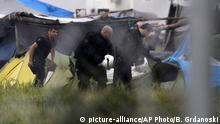 24.05.2016+++ Greek policemen inspect the tents at a makeshift refugee camp at the Greek-Macedonian border near the northern village of Idomeni, Tuesday, May 24, 2016. Greek authorities have begun an operation to gradually evacuate the country's largest informal refugee camp of Idomeni, located on the Greek-Macedonian border, where more than an estimated 8,400 people have been living for months. +++ (C) picture-alliance/AP Photo/B. Grdanoski