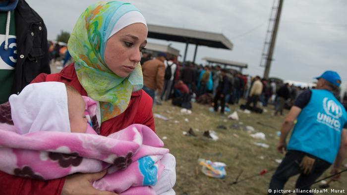 a936e113a Syrien Flüchtlinge Frau mit Baby Symbolbild (picture-alliance/dpa/M. Murat