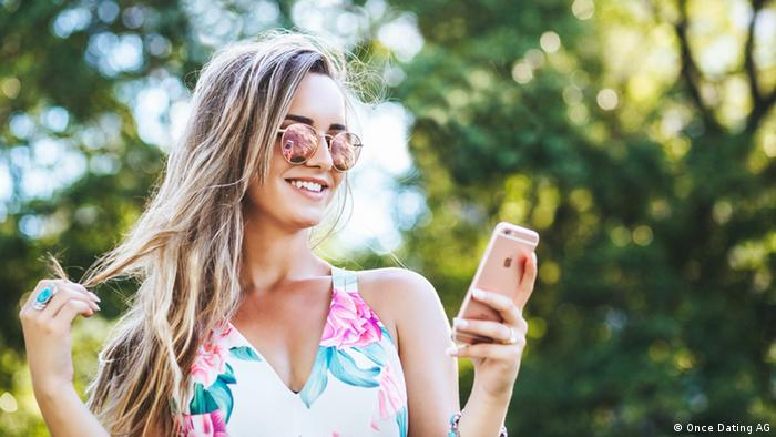 Frau mit iPhone Dating App Once (Foto: Once Dating AG)