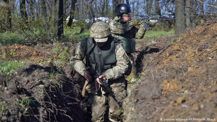 Ukraine Awdijiwka Ukrainische Soldaten im Graben