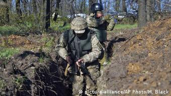 Украинские солдаты в траншее