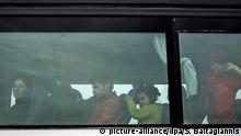 24.05.2016+++ Flüchtlinge sitzen am 24.05.2016 in einem Bus in der Nähe von Idomeni (Griechenland). Foto: Socrates Baltagiannis/dpa (zu dpa: Griechische Polizei beginnt Räumung des Camps von Idomeni vom 24.05.2016) - Bildfunk+++ | Verwendung weltweit +++ (C) picture-alliance/dpa/S. Baltagiannis