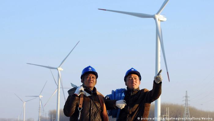 China Tianchang Arbeiter vor Windkraftanlagen (picture-alliance/dpa/Imaginechina/Song Weixing)