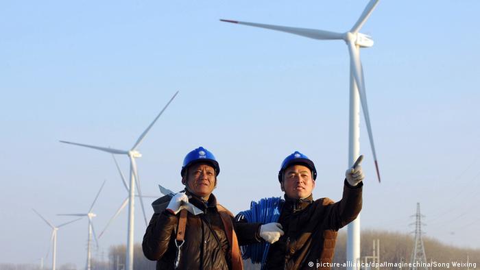 China Tianchang Arbeiter vor Windkraftanlagen