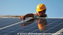 China Panzhihua Arbeiter installiert Solarpanele