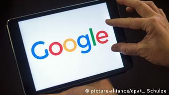 Логотип Google на дисплее планшетника