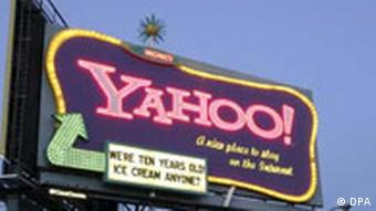 Ein Neonreklameschild mit der Aufschrift Yahoo!