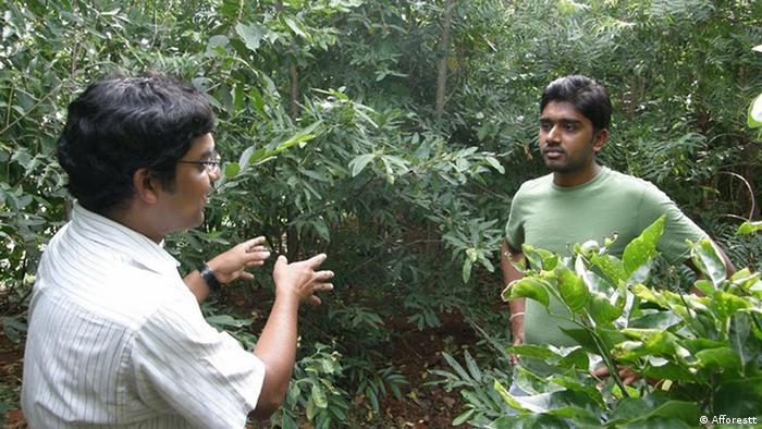Afforestt-Gründer Shubhendu Sharma steht vor einem Waldstück.