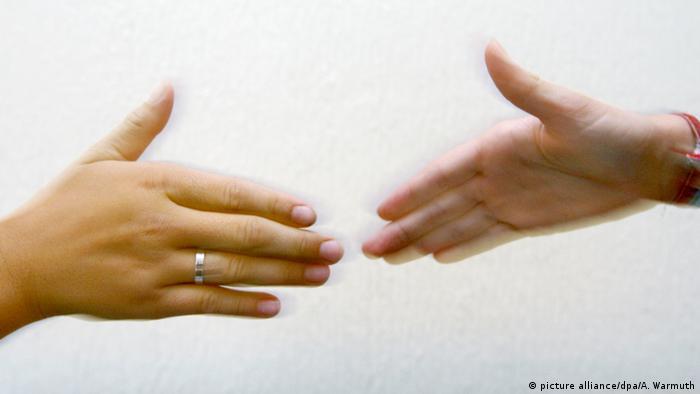 A handshake (picture alliance/dpa/A. Warmuth)