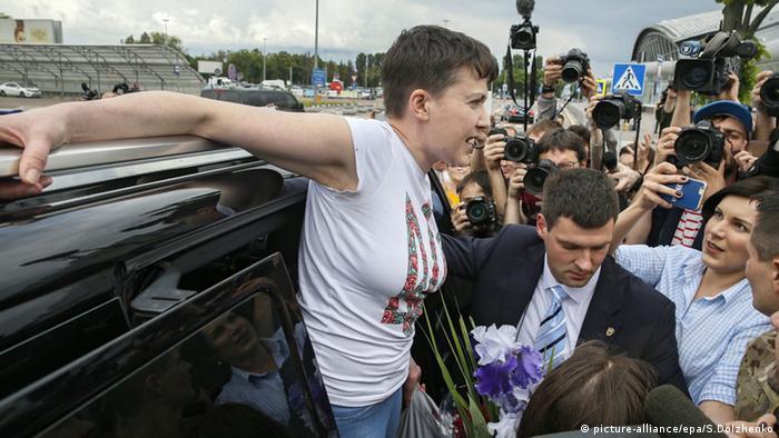 Надежда Савченко по прибытии в киевский аэропорт Борисполь