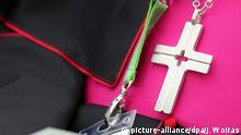 25.5.2016 *** Das Kreuz eines katholischen Würdenträgers ist am 25.05.2016 beim 100. Katholikentag in Leipzig (Sachsen) zu sehen. Der 100. Deutsche Katholikentag findet vom 25. bis 29. Mai 2016 unter dem Leitspruch Seht, da ist der Mensch in Leipzig statt. Foto: Jan Woitas/dpa +++(c) dpa - Bildfunk+++ Copyright: picture-alliance/dpa/J. Woitas