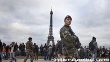 Frankreich Paris Eifelturm Soldaten
