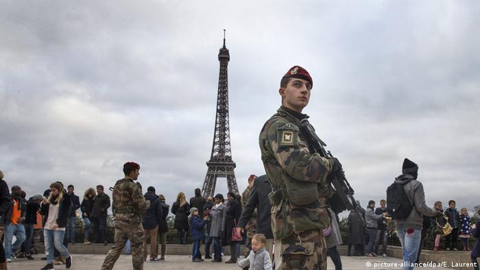 Frankreich Paris Eifelturm Soldaten (picture-alliance/dpa/E. Laurent)