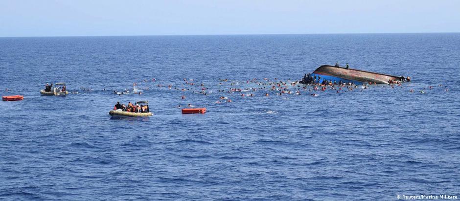 Fotos divulgadas pela Marinha italiana nesta semana mostram o naufrágio de um barco com refugiados