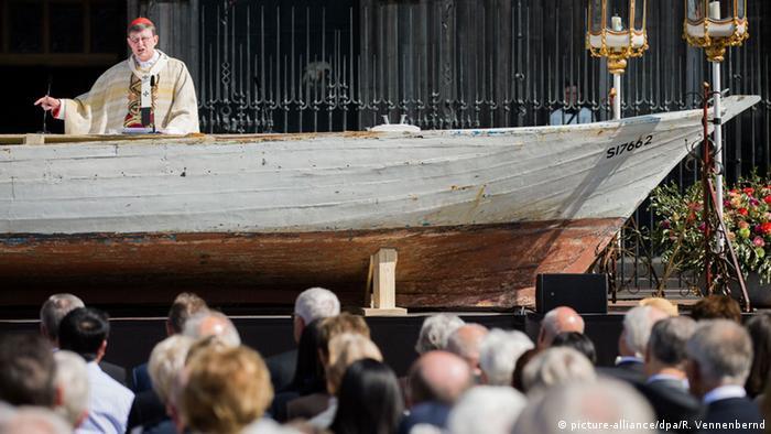 Deutschland Fronleichnamsmesse Woelki Flüchtlingsboot vor Dom in Köln
