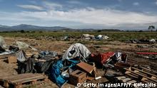 25.05.2016 A view of the camp during a police clearing operation at a refugee and migrant camp at the border between Greece and Macedonia near the village of Idomeni, northern Greece on May 25, 2016. Greek police restarted an operation to move migrants out of Idomeni, the squalid tent city where thousands fleeing war and poverty have lived for months. The migrants and refugees on May 24 were bussed to newly opened camps near Greece's second city Thessaloniki, about 80 kilometres (50 miles) to the south. / AFP / POOL / Yannis KOLESIDIS (Photo credit should read YANNIS KOLESIDIS/AFP/Getty Images) (c) Getty Images/AFP/Y. Kolesidis
