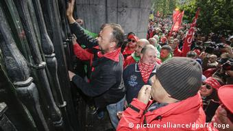 Demonstrators enter by force the office of Justice Minister Geens during a protest of prison guards, on Tuesday 17 May 2016, in Brussels (c) picture-alliance/dpa/T. Roge