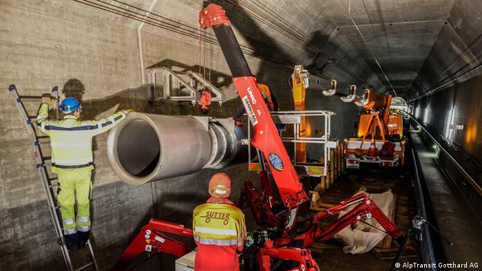 Operários instalam equipamentos de infraestrutura no São Gotardo