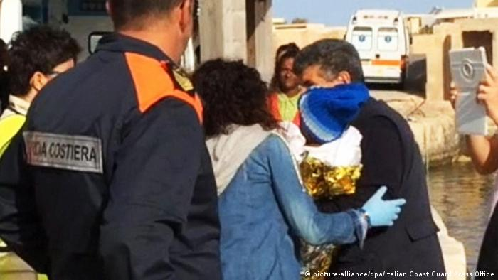 Lampedusa Gerettetes Flüchtlingsbaby (picture-alliance/dpa/Italian Coast Guard Press Office)