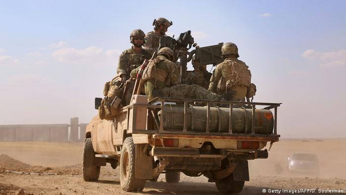 Soldados especiais americanos em trânsito numa pick-up em Raqqa, na Síria