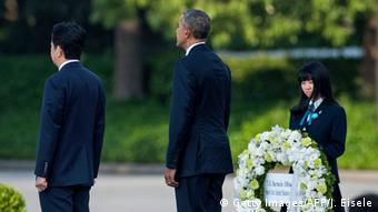 US President Barack Obama (C) stands next to Japanese Prime Minister Shinzo Abe (L) at the Hiroshima Peace Memorial park cenotaph in Hiroshima on May 27, 2016.
