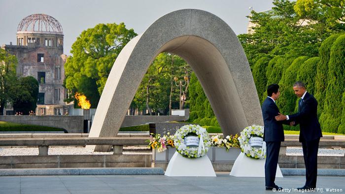 Синдзо Абэ и Барак Обама у мемориала жертв Хиросимы