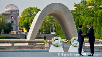 US President Barack Obama visits the Hiroshima Peace Memorial Park with Japanese Prime Minister Shinzo Abe (Getty Images/AFP/J. Watson)