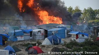 tents with fire in the background (c) picture-alliance/dpa/M. Demeure