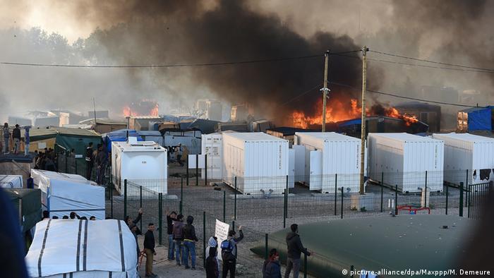 Frankreich Auseinandersetzung im Jungle Camp bei Calais (picture-alliance/dpa/Maxppp/M. Demeure)