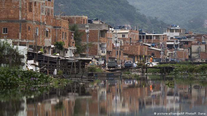 Brasilien Rio De Janeiro Jacarepagua Lagune (picture-alliance/AP Photo/F. Dana)