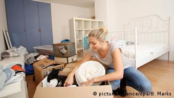 Молодая женщина после перезда на новую квартиру