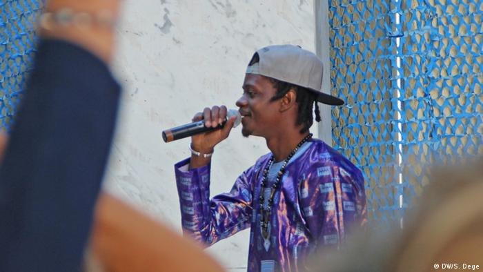 A rapper singing into a microphone, (c) DW/S. Dege