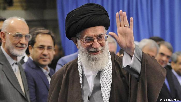 Aiatolá Ali Khamenei (c.):