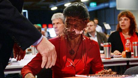 Sahra Wagenknecht sits with cake in her face (picture-alliance/dpa/H. Schmidt)