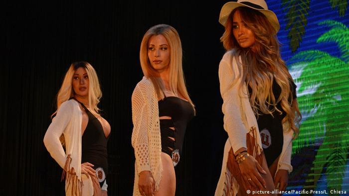 Israel Tel Aviv Miss Trans Bühne mit 3 Frauen (Foto: picture-alliance/dpa/A. Sultan)