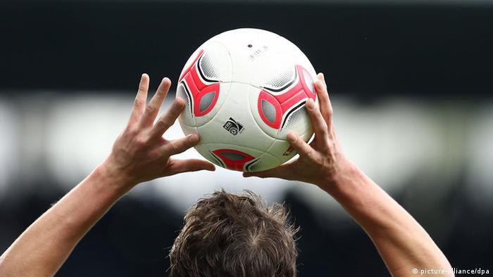 Cobrança de lateral terá que ser feita com as duas mãos na bola ac173d2c1ec1a