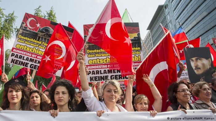 Berlin Proteste mit türkischen Flaggen