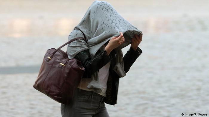 Mujer cubriéndose de la lluvia