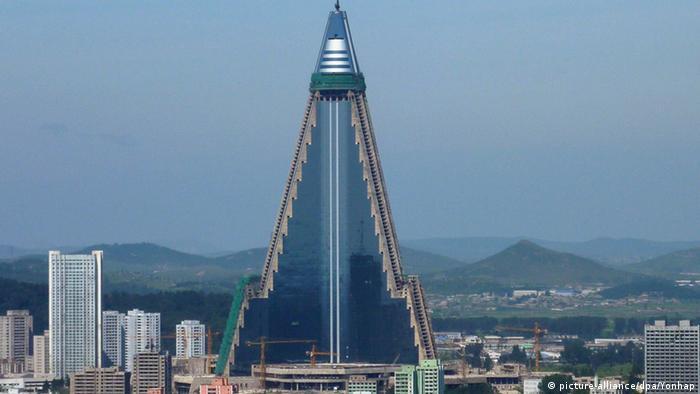 Nordkorea Ryugyong Hotel (picture-alliance/dpa/Yonhap)