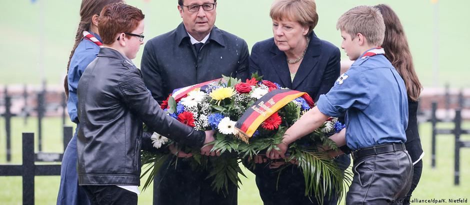 Merkel e Hollande colocaram uma coroa de flores no cemitério militar alemão de Consenvoye